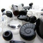 60 Glasperlen Mix schwarz weiß kristall 3-20mm Perlen basteln Perlenmischung